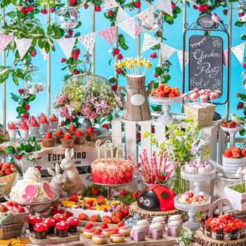"""3月16日からは「いちごに恋するガーデンパーティー」~ストロベリーデザートブッフェ~お花畑でつかまえて! が始まります。雰囲気がガラッと変わり、緑あふれるガーデンパーティ風の会場に。5月31日までの開催です。  カラフルで""""ふわり可愛い""""約30種類のスイーツで溢れます。「お花畑でつかまえて フラワーフルーツショートケーキ」などのユニークなネーミングやボタニカルな装飾も見どころ。"""