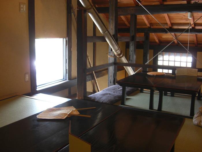 1・2階のお座敷で抹茶やコーヒーと和菓子を楽しむこともできます。こちらの2階は、味のある小屋組みが見られ古都の雰囲気を堪能できる喫茶スペースです。予約が必要な1階カウンター席では、実際に作るところを見ながら頂くこともできますよ。