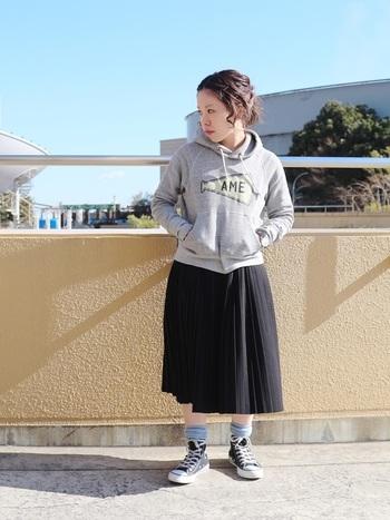 アクティブなスカートスタイルに、スニーカーとカラー靴下はぴったり!白い靴下よりも大人っぽいコーデに仕上がります。