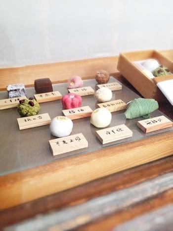 その季節に一番食べ頃になる素材を使った「上生菓子」がおすすめです。あまり手を加えずシンプルに素材を生かした和菓子を作り評判で、格式のあるお茶席からの注文も絶えないそうです。