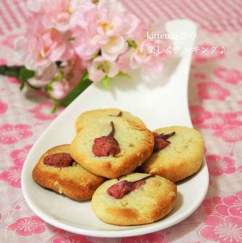 『桜とピーナッツのクッキー』  アーモンドパウダーとピーナッツ入りの、ナッツの旨みを活かしたクッキー。アクセントで桜の塩漬けをトッピング♪