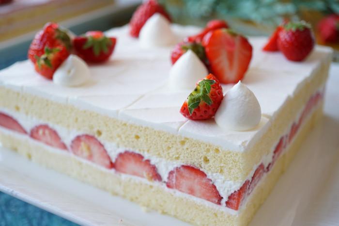 絶対に外せない、帝国ホテル伝統のショートケーキは安定のおいしさです。定番スイーツと言えばロールケーキも。しっとりした生地に大粒のイチゴが巻かれ、練乳を加えたコクのあるホイップクリームが絶品。モンブランも可愛い苺バージョンで登場。