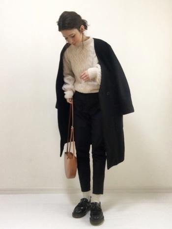 セーターに合わせて靴下を白に。パンツの丈は、靴下がみえるくらい短めが正解です。シンプルながらドクターマーチンの存在感あるローファーが主役のコーデ。