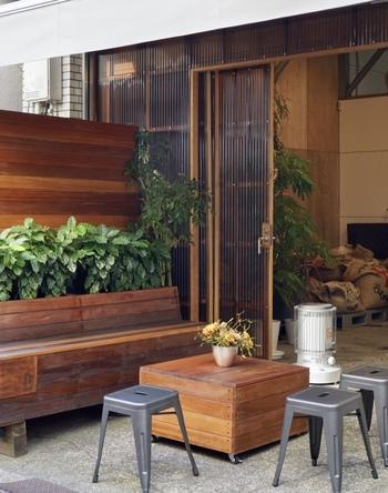 焙煎所内にカウンターが3席、入口にも座ってコーヒーを楽しめるベンチが用意されています。 店内ではエスプレッソ系のドリンクや、ハンドドリップで抽出されたコーヒーを楽しむことができ、焙煎したコーヒー豆を購入することも出来ます。