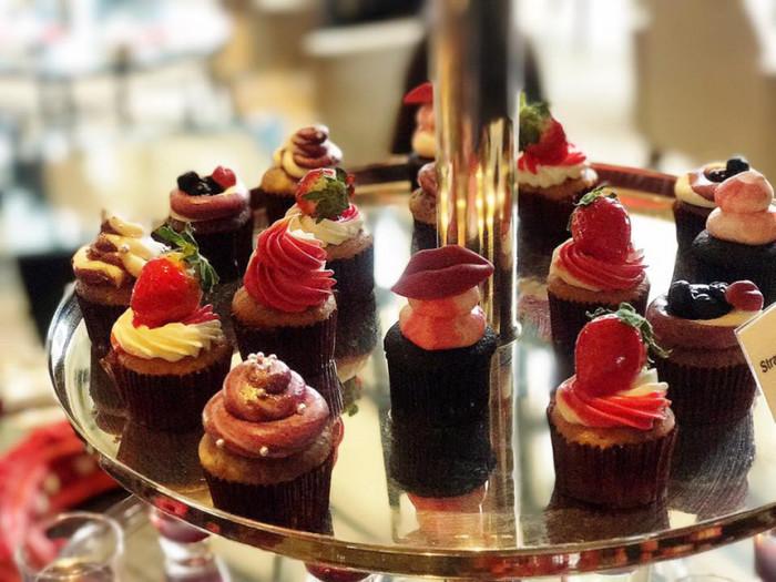テーマのkiss to berryにちなんだ、リップ型をかたどったポップなカップケーキも。SNS映えもしそうですね。
