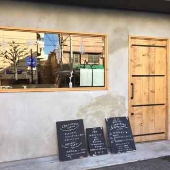 両国駅から数分のところにある「マノカフェ」は、女心をくすぐる、ナチュラルで可愛らしい雰囲気のカフェ。 コンクリート打ちっぱなし風なデザインと木製のドアが目印です!