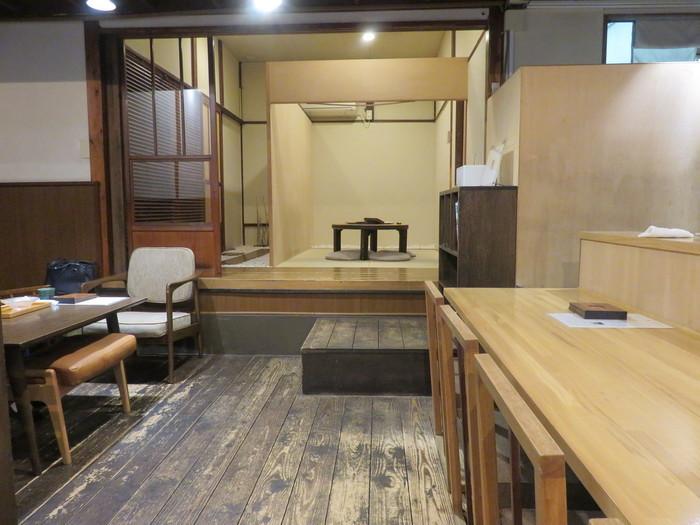 店内は、古民家を思わせる落ち着いた空間。もともとは倉庫だった建物をリノベーションし、カフェとしてオープンしたんだそうです。そのせいあってか、天井の高さなどに面影が残ります。カウンター、テーブル席だけでなく、座敷席もあるところも嬉しいポイントです。