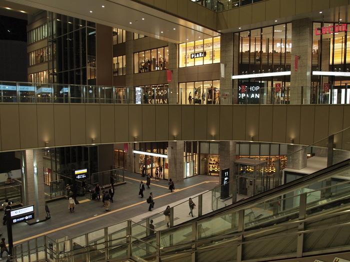 ショッピングや食事を楽しむなら、ルクアとルクアイーレへ。駅直結で移動が簡単です。多目的トイレやベビールームも充実しています。