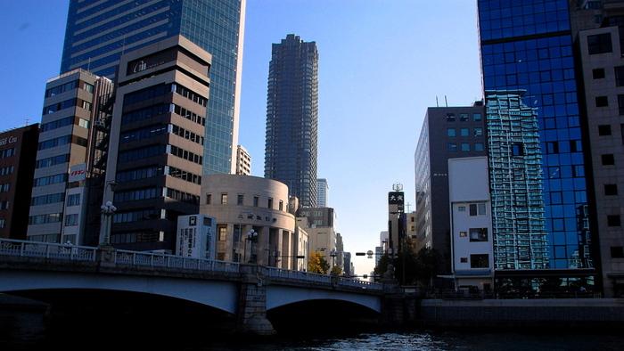 『水の都』とも呼ばれる大阪・北浜。堂島川と並び東西に流れる土佐堀川が流れ、その土佐堀川にかかる『なにわ橋』を南へ渡ると、そこが北浜です。