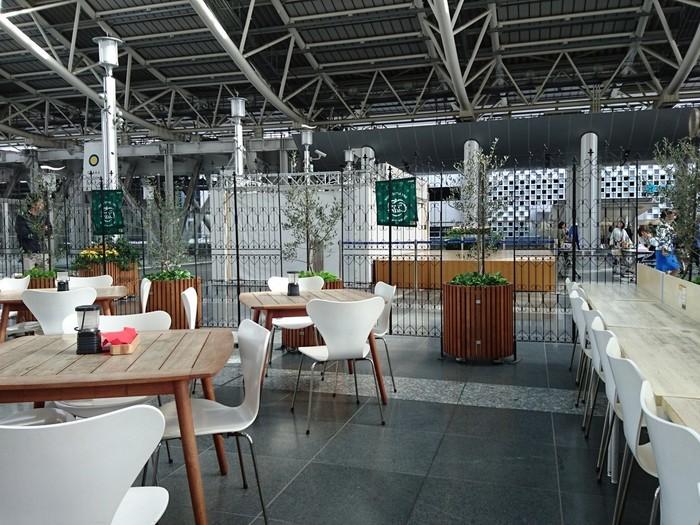 バール・デルソーレは、大阪駅5階の時空の広場にあるオープンカフェ。広々とした空間なので、車椅子もベビーカーも気兼ねなく入ることができます。ちょっと休憩したいときにぴったり。お子様でも食べられるメニューもあります。