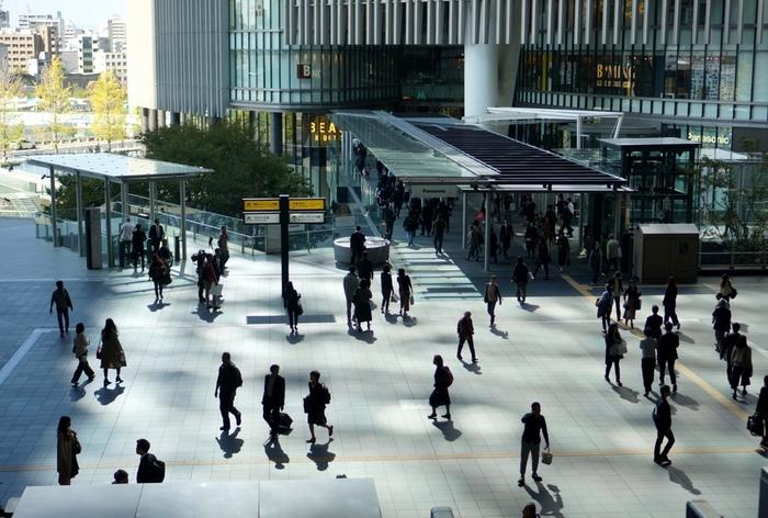 グランフロント大阪は、JR大阪駅北側にある商業施設やオフィスなどが入ったビルです。大阪駅からバリアフリーで行くことができます。