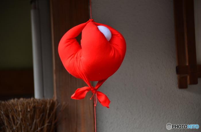 この赤いお人形、見たことはありませんか? 奈良にある「庚申堂」のお使いの猿をかたどったお守りです。家の軒先にぶら下げて災いの身代わりになってもらったり、背中に願い事を書いて吊るすと願いが叶ったりするそうです。 その「庚申堂」から徒歩3分のところにある「寧楽菓子司 中西与三郎」では、このお守りを模した可愛らしい和菓子「庚申さん」3種類があるのです♪