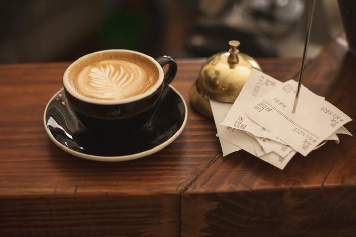"""Photo on [Visual hunt](https://visualhunt.com/re4/b6e28703)  先ほどご紹介した「S'il vous plaît」はカフェでも使えます。  Bonjour!と元気よく挨拶して """"▲○○ S'il vous plaît!"""" と、▲の部分に個数、○○の部分に欲しいものを入れると、それだけで注文完了。  コーヒーが飲みたい時は、 """"Un café, s'il vous plaît (アン カフェ スィルヴプレ)""""で大丈夫◎。  ちなみに、カフェではあまりメニューを持ってきてくれないので、メニューが欲しい時は """"La carte, s'il vous plaît (ラ カルト スィルヴプレ)"""" といってメニューをもらいましょう。"""
