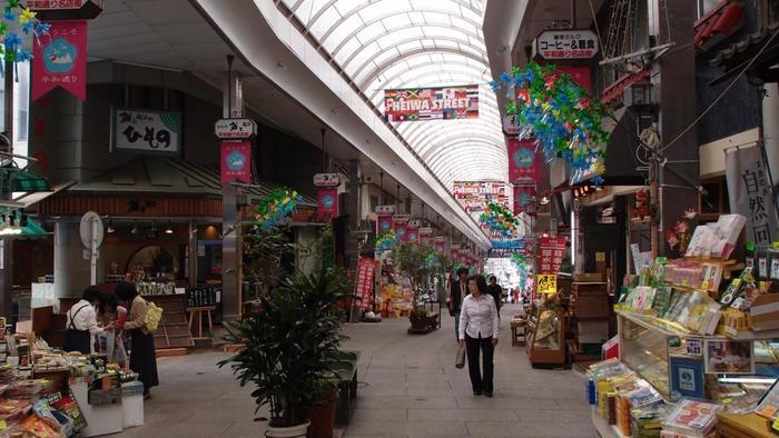 といっても、温泉観光地の風情を残す商店街も健在。駅前からは、熱海名物や土産を並べる店や飲食店が軒を連ねる「平和通り」と「仲見世通り」の二つの商店街が伸び、終日賑わいます。