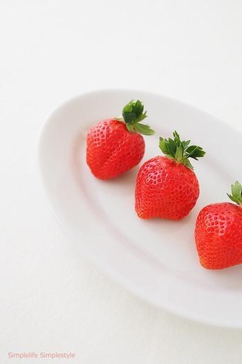 スーパーなどでより鮮度の高いイチゴを見極めるポイントは、ヘタが鮮やかな緑でピンと立っている事です。また表面は、ヘタの近くまでムラが無く艶やかな物を選びましょう。パックに詰められている事が多いので、必ず裏面も見てイチゴの表面が潰れて柔らかくなっていなかを確認してから買いましょう。