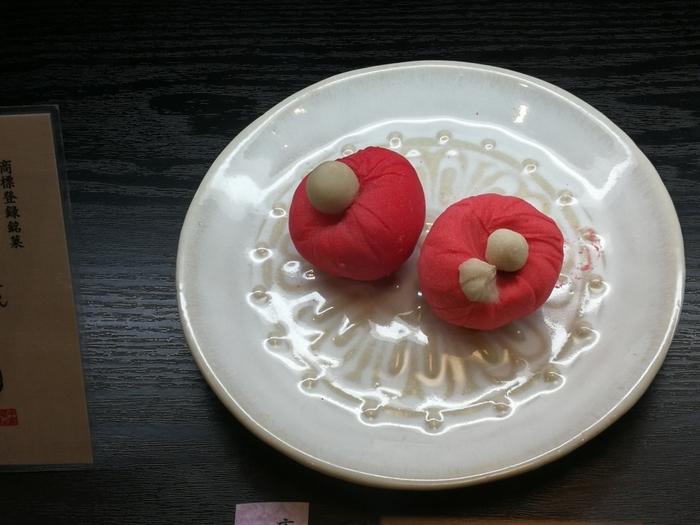 ■庚申さん(上生菓子) 白小豆を使った自家製の白あんの練り切りで、中にあんこが入っています。中のあんは、こしあんと白あんの2種類。どちらも上品な甘さです。