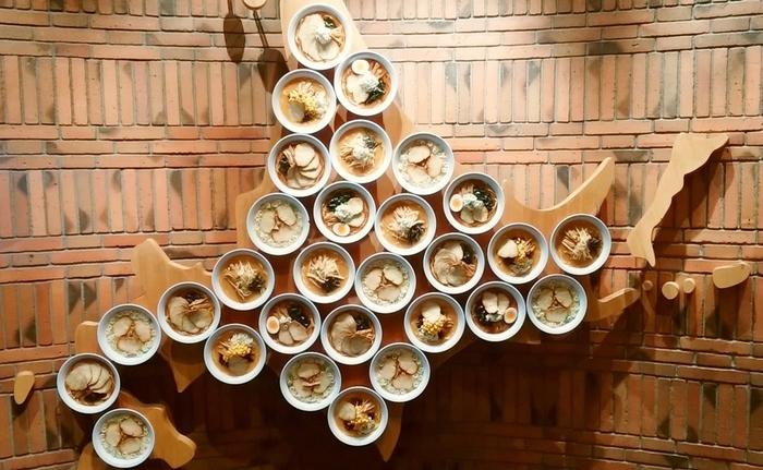 北海道のグルメといえば、バラエティ豊かなラーメンも有名。地元のひとでも全部食べるのはなかなか難しいですよね。新千歳空港にある「北海道ラーメン道場」には、札幌はもちろん、旭川、函館の名店もそろっていますよ♪