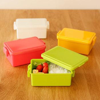 【GEL-COOLのランチボックス】 カラフルな色合いが楽しい。小さな子供たちが喜びそうですね。一見すると普通のプラスチックのお弁当箱に見えますが、 実はコレ、優れもの。保冷機能があるんです。