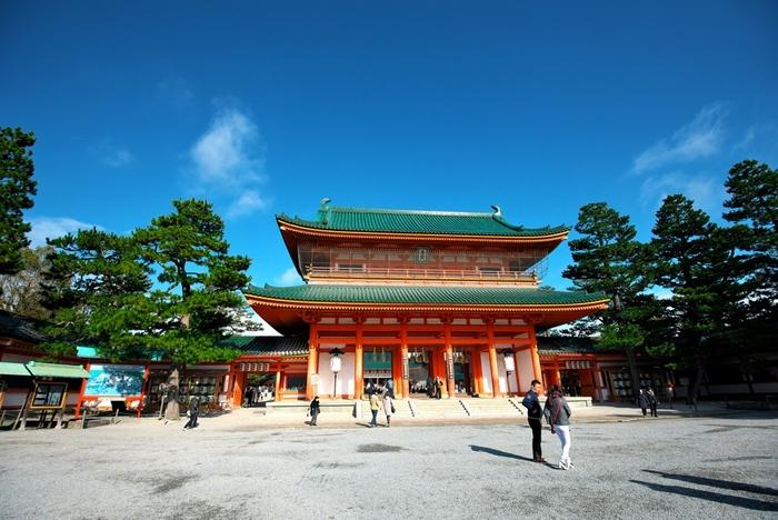 京都・岡崎にある平安神宮。坂道や階段が少なく、スロープが設置されている箇所が多いので、車椅子やベビーカーでも入ることが可能です。砂利道なので車椅子の方は介助者との参拝がおすすめです。
