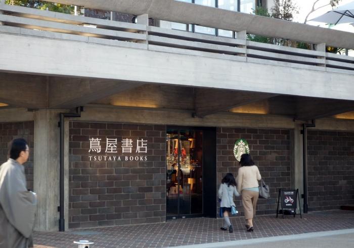 平安神宮の西側には、京都岡崎蔦屋書店があります。レストランやカフェもありますので、ちょっと休憩にもおすすめ。テラス席もあります。エレベーターや多目的トイレあり。