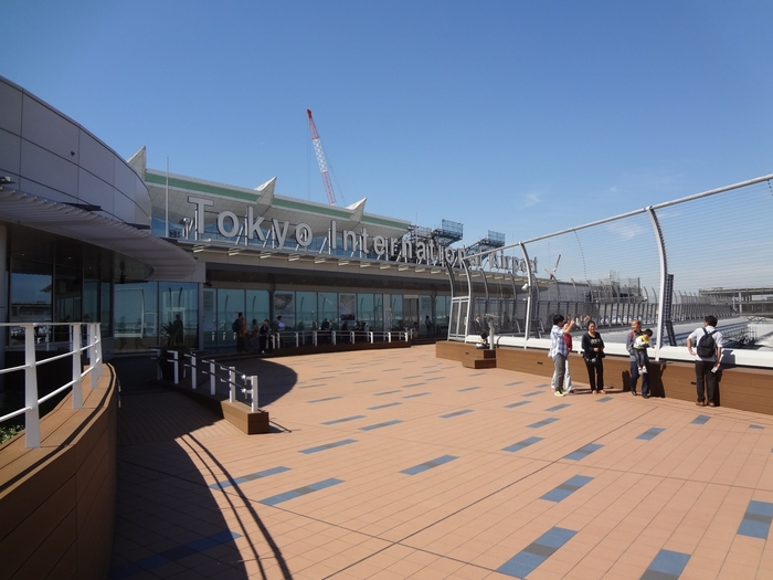 2010年にできあがった「新国際線ターミナル」は新しくてキレイ。展望デッキから、次々と飛び立つ(降り立つ)飛行機を見ることができるのは、離着陸数日本一ならでは。珍しい外国の機体が駐機しているのを見ることもできそうです♪