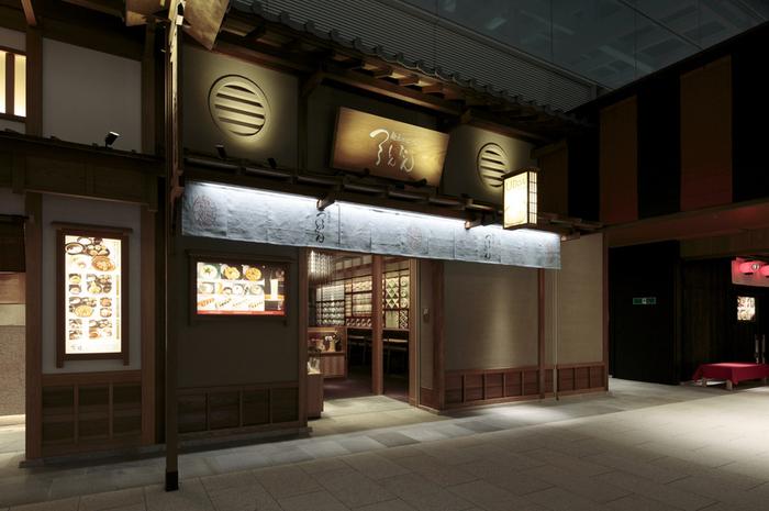 """江戸小路には、都内でも人気のグルメ店がたくさんあり、その上、利用者が限られている(空港利用者)ため比較的スムーズに入れるのだとか。有楽町や六本木店など行列必至の「つるとんたん」は、特に帰国した日本人観光客に""""久しぶりの和食""""を楽しませてくれます。"""