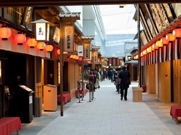 外国人旅行者向けですが、日本人でも十分楽しめるのが、国際線ターミナル4階にある「江戸小路」。江戸時代の街並みを再現したかわいらしい通りで、お食事やショップ巡りを楽しめます。