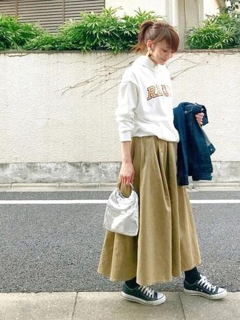 人気のチノスカートとプルオーバーパーカー組み合わせは、カジュアルな中にも品のある着こなしです。ロゴとスカートのカラーリンクもポイント。スカートもロング丈だとより大人っぽい雰囲気に。