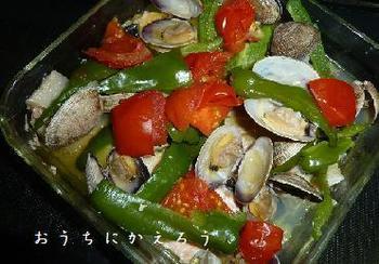 ガーリックバターを塗った耐熱皿に砂抜きしたあさりと鮭、野菜をのせて酒蒸しに。残ったスープも旨味たっぷりで美味しい♪パンやパスタにも良く合いますよ。