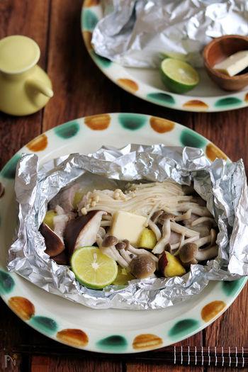 寒い季節にぴったりのホイル焼き。簡単で美味しくてヘルシー。ホイルを開ける瞬間のわくわく感もたまりませんよね。知っておくと便利なホイル焼きレシピがたくさんあります。  ここでは、定番の鮭・きのこのホイル焼きのフライパンレシピの他、魚・肉・野菜・スイーツのホイル焼きレシピを幅広くご紹介。慣れてきたら自己流にアレンジして楽しんでください。電子レンジを使った時短のホイル焼き風レシピもお見逃しなく。