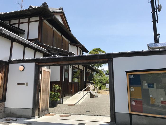 2015年にオープンした「鹿の舟」は、奈良の食・文化・観光について紹介する複合施設です。関西の人気カフェギャラリー『くるみの木』石村さんがプロデュースし、奈良の自然と伝統文化を活かした空間になっています。その中のカフェ「囀(さえずり)」では、ランチもスイーツも楽しめます。