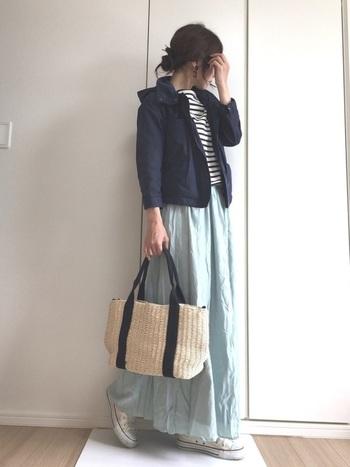 淡いミントカラーのロングスカート。短めのジャケットに合わせて、ふわりと風になびいて春らしさ満点。