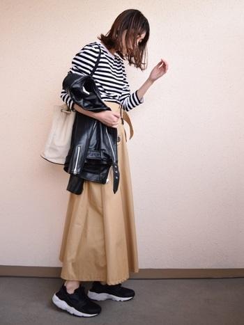 ボーダートップスにロングスカートに、黒いレザースニーカーとレザージャケットを合わせてぐっと大人っぽく。シンプルだけどきらりと光る素敵な着こなしです。