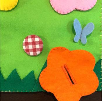 小さな子どもにはなかなか難しい、ボタンのはめ方を練習できるアイデアがこちら。ボタンを付けたら可愛いお花が出来上がります♪