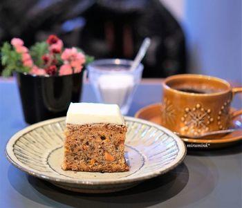 「キャロットケーキ」は、四角い形でクリームチーズがたっぷりのっています。しっとりツブツブな食感も◎自家焙煎のコーヒーに合います。