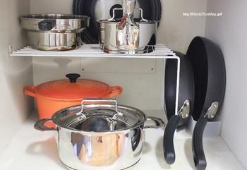 収納スペースいっぱいに鍋やフライパンを詰め込んでしまうと、使う時にいちいち上のものをどかしたりせねばならず、とても面倒です。窮屈になってきたなと思ったら、入れる道具は厳選し、収納スペースには余裕を持たせましょう。すぐに取り出せることそのものが、使いやすさにも繋がります。