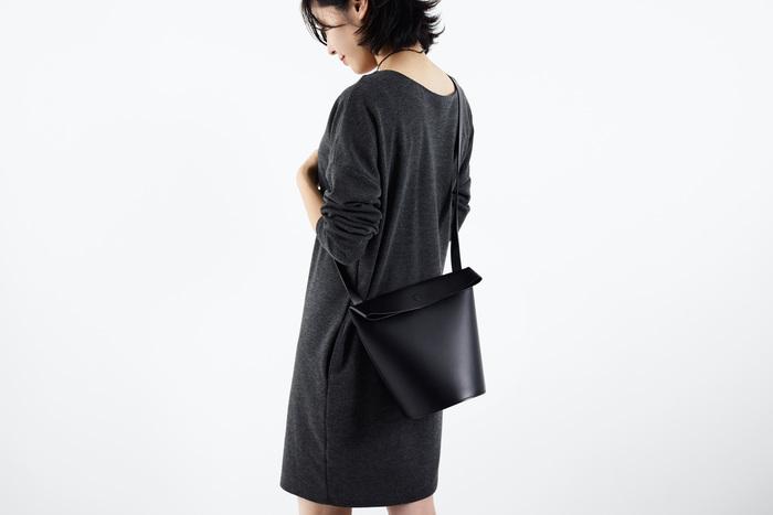 レザーの上質さが際立つシンプルなデザインと、洗練されたモダンな佇まいが印象的な『ke shi ki』のレザーアイテム。 デザイナー・細川 瑠璃さんが製作するバッグや革小物は、その一つ一つが確かな存在感と個性を放ちながらも、時代に左右されない普遍的な美しさを携えています。 身につける人のファッションや、お部屋の空間に自然と溶け込むような、ナチュラルでシックな色使いも魅力です。