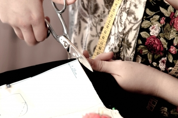 ②型紙に合わせてフェルトを切っていきます。背景となる絵本の土台部分と、絵本に貼り付ける部品を用意します。使う色によって印象が大きく変わるので、カットする前に布を重ねてイメージを膨らませてみてくださいね。ボタンを留める部分も切るのをお忘れなく。