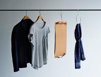 バッグの口に付いているハトメリングは、S字フックを掛けられる設計になっているので、洋服と同じようにハンガーラックに下げておくことができます。バッグを収納する時には、形が崩れないよう中に詰め物をしたり、上に物を乗せないようにしたり…と、いろいろと気を使いますよね。「Flat bag」ならポールや壁に掛けて保管できるので、省スペースですっきりと収納することができます。