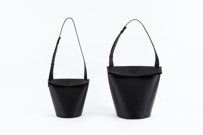 マグネットの留め具と持ち手部分に施された丸いステッチは、バッグの底と同じ形状で統一感があり、デザイン性だけではなく高い強度も兼ね備えています。シックなカラーリングもおしゃれな「Round bottom bag」は、程よいサイズ感で日常使いに最適なSmallと、A4ファイルも収納できるLargeの2サイズ展開。