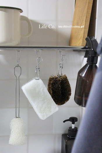また、スポンジやたわしなどのお掃除ツールは吊り下げて乾かすと衛生的です。スポンジラックの置き場所を考える必要も、ラックの汚れを定期的に洗う手間も省けて一石二鳥ですね。