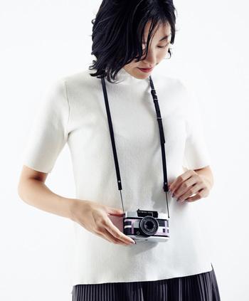 コンパクトな『Rie-came』に華奢なストラップをつけると、カメラの可愛らしさが一層引き立ちます。カラーはブラック・ホワイト・グレーの3色展開。上品なシルエットの「Camera strap」は、その実用性だけではなく、コーディネートのアクセントとしても活躍してくれそうです。