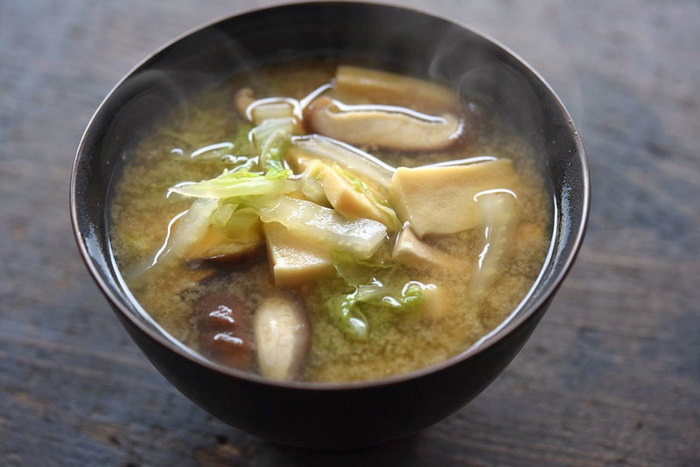 ぷるぷるの絹豆腐のお味噌汁、定番でおいしいですよね。あまり馴染がないかもしれませんが、高野豆腐もお味噌汁の具材にぴったりです。おいしく作るコツは、高野豆腐を薄めに切ること。特有の食べごたえのある食感が楽しめます。