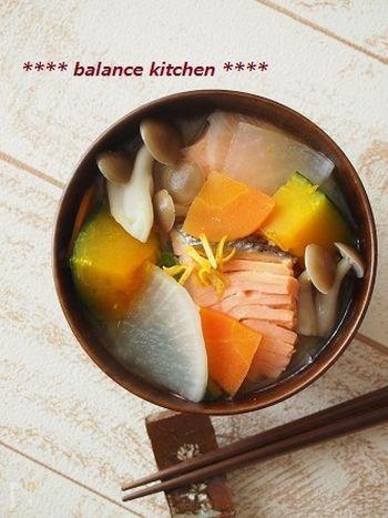 鮭の旨味がきいた、たっぷり野菜のお味噌汁。メインのおかずが控えめの時におすすめです!あれば柚子の皮を添えることで、冬らしく香りの良い絶品お味噌汁になります。