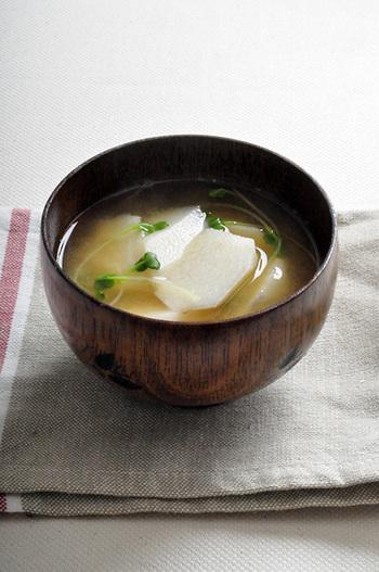一見シンプルに見えるお味噌汁ですが、長芋特有のほくほくサクサク食感と、かいわれのピリ辛が絶妙!試してみたら、きっとお気に入りになりますよ♪