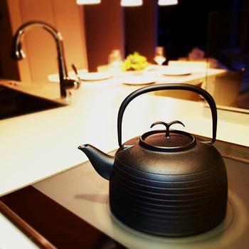 ファクトリーショップでは、南部鉄瓶を魅力を感じられるようにと、鉄瓶で沸かしたお湯でコーヒーやお茶をいれて試飲させてくれます。「鉄瓶で沸かしたお湯はまろやかになる」を体感しちゃいましょう♪鉄器の扱い方も親切に教えてくれるそうですよ。 こちらは、世界的なデザイナーのジャスパー・モリソン氏とコラボして作られた鉄瓶「Palma」。