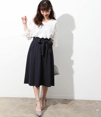 ミドル丈のスカートは、大人女子にとってコーデの強い味方になってくれるアイテム。1枚で2パターンのカラースカートコーデを楽しめると考えると、とっても魅力的ですよね。
