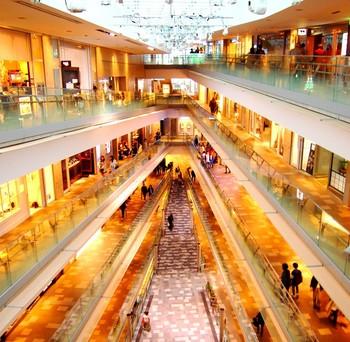 エレベーターで最上階まで上がれば、後はゆっくりお店を眺めながらスパイラルスロープで下って行くことが出来ます。