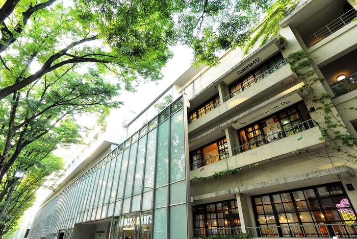 青山通りから坂を少し下ったところにある表参道ヒルズ。有名ブランドショップをはじめ、東京の最先端のものが揃います。