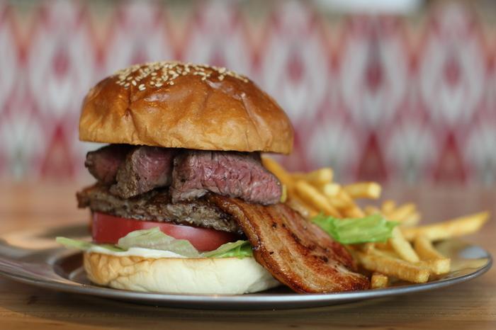 お昼にボリュームたっぷりのハンバーガーは、人気メニューのひとつです。じゅわっと肉汁溢れる美味しさです。